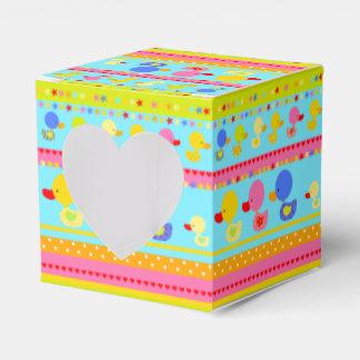Patos en una fila cajas para regalos de fiestas