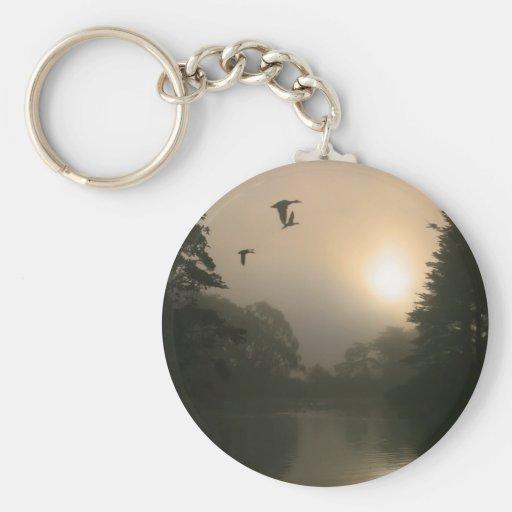 Patos silvestres del vuelo y niebla de la mañana llavero redondo tipo pin