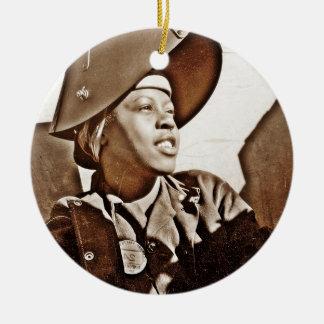 Patriotas afroamericanos de las mujeres adorno navideño redondo de cerámica