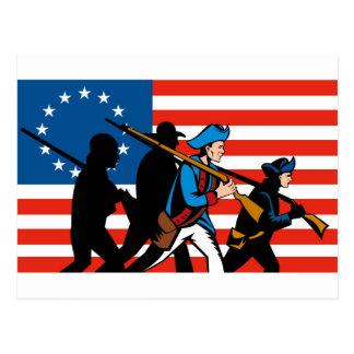 Patriotas americanos que marchan con la bandera de postales