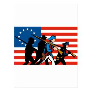 Patriotas americanos que marchan con la bandera de postal