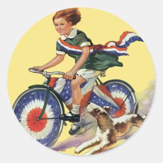 Patriotismo del vintage chica que monta una bici pegatinas redondas