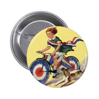 Patriotismo del vintage, chica que monta una bici pin redondo de 2 pulgadas