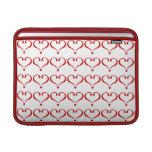 Patrón mosaico con corazones rojos fondo blanco fundas MacBook