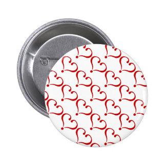 Patrón mosaico con corazones rojos fondo blanco pin