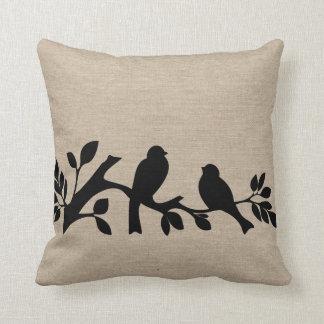 Patt elegante rústico de los pájaros del amor del almohada