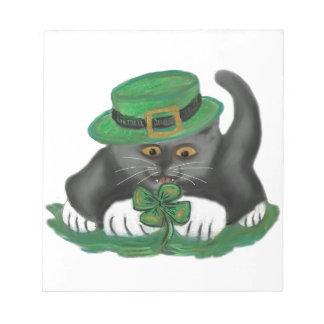 Patty, el gatito gris, ama cuatro tréboles de la blocs