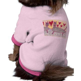 Patty que el gato negro abraza y que besa el suéte camisetas de perro