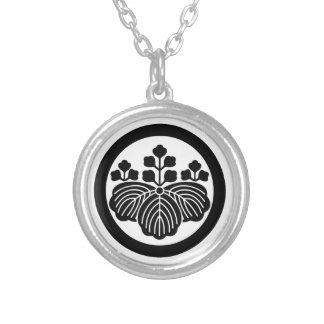 Paulownia con las floraciones 5&3 en círculo collar plateado