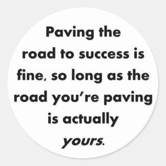 pavimentar--camino-a-éxito-ser-fino-tan-largo-como pegatina redonda