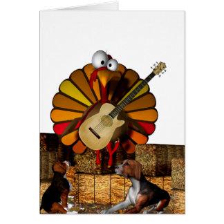 Pavo del dibujo animado en el heno con la guitarra tarjeta de felicitación