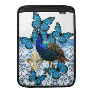 Pavo real bonito y mariposas azules fundas MacBook