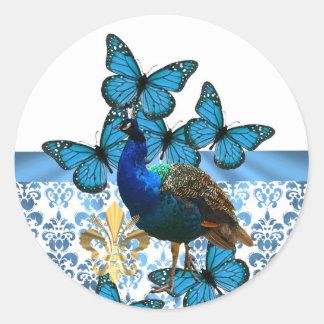 Pavo real bonito y mariposas azules pegatina redonda