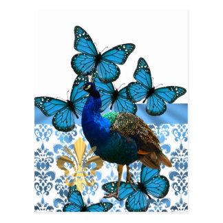 Pavo real bonito y mariposas azules postal