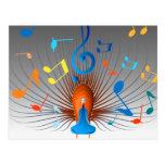 Pavo real colorido de las notas musicales postal