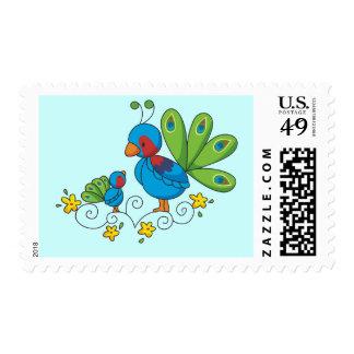 Pavo real de la mamá y del bebé timbre postal