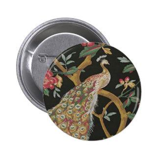 Pavo real elegante en el botón negro pin redondo de 2 pulgadas