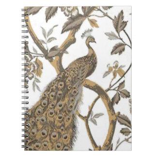 Pavo real elegante en el cuaderno espiral blanco