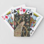 Pavo real elegante en naipes negros baraja de cartas
