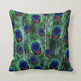 Pavo real precioso en azul almohada