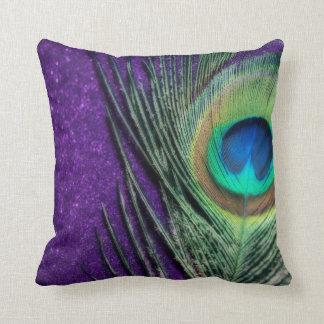 Pavo real púrpura imponente cojín decorativo