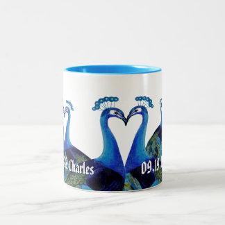 Pavos reales del vintage que besan los regalos de taza de dos tonos