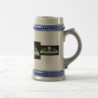 Pavos reales y verde de la guirnalda en fondo negr tazas de café