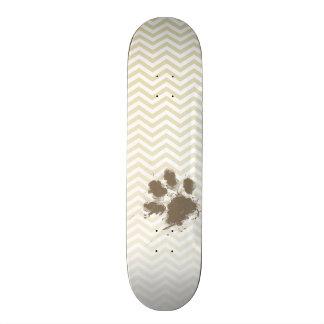 Pawprint divertido en Chevron beige; zigzag Tablas De Skate