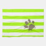 Pawprint divertido en rayas eléctricas de la verde toalla