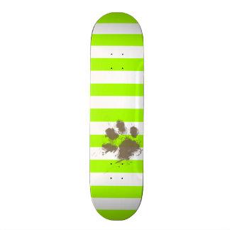 Pawprint divertido en rayas eléctricas de la verde monopatín personalizado