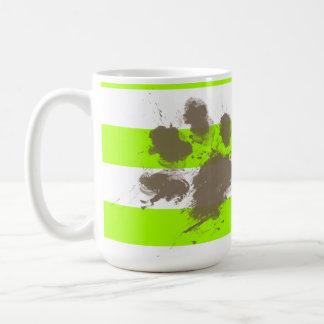 Pawprint divertido en rayas eléctricas de la verde taza de café