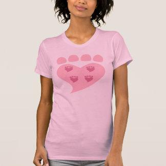 Pawprints en su camiseta del rosa del corazón