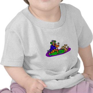 Payaso colorido con el perro camisetas