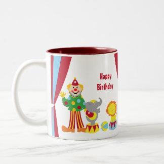 Payaso de circo del dibujo animado y taza de los