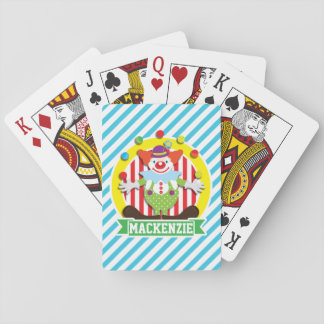Payaso de circo del top grande que hace juegos baraja de cartas