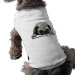 Payaso del barro amasado en la ropa del mascota de camisetas de perro