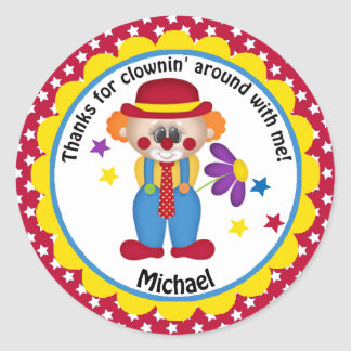 Payaso del cumpleaños del circo para los muchachos pegatina redonda