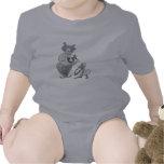 Payaso en amor con el mono en vestido traje de bebé