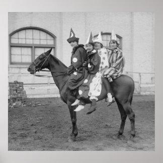 Payasos en un caballo, 1915 posters