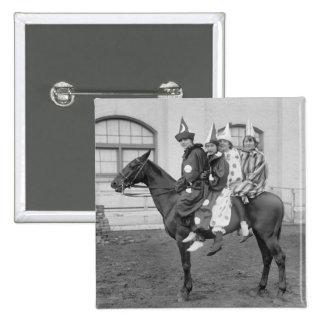 Payasos en un caballo, 1915 pin cuadrado