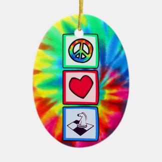 Paz, amor, ajedrez adorno navideño ovalado de cerámica