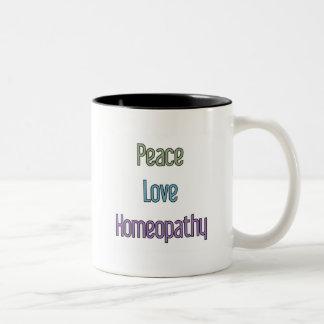Paz, amor, homeopatía taza de dos tonos
