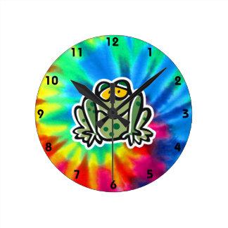 Paz, amor, ranas reloj redondo mediano