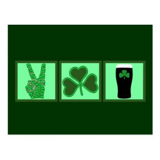 Paz, amor y cerveza irlandesa postal