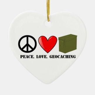 Paz, amor, y Geocaching Adorno Navideño De Cerámica En Forma De Corazón