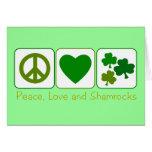 Paz, amor y tréboles tarjeta de felicitación