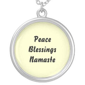 Paz, bendiciones, Namaste. Collar Plateado