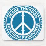 Paz con la potencia de fuego superior - azul tapetes de ratón
