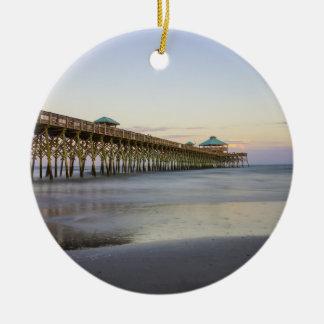 Paz de la tarde en la playa de la locura adorno navideño redondo de cerámica