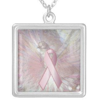 Paz en el encanto rosado del collar de las alas an